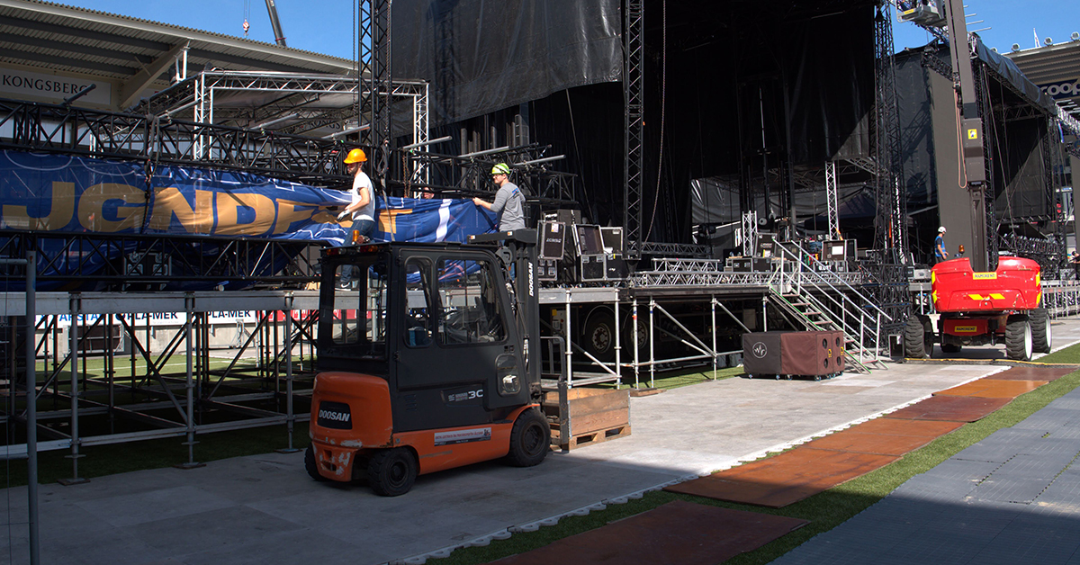 Det rigges til Jugendfest på Color Line Stadion